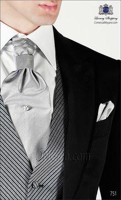 Traje de novio semilevita negro de lana en tejido negro falso liso con vivos de raso coordinado rayas con chaleco y pantalón al viés.