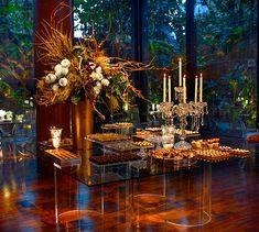 Mesa de doces transparente e cobre - Design moderno e assimétrico ( Decoração: Clarissa Rezende | Foto: João Coelho )