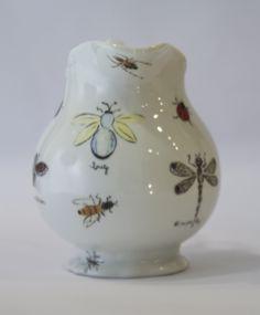 Jarra com o tema bugs! #porcelana #porcelanadecorada #porcelanapersonalizada #decoração #decor #pintadoamão #feitoamão #brasil #brazil #homedecor #porcelain #bugs #insetos #butterflyes #spiders #grilos #ouro #westwing #gold  https://www.westwing.com.br/porcelana-patricia-virmond-pratos-bandejas-e-moringas/