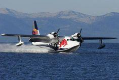 Es ist immer ein besonderes Schauspiel, wenn solch ein großes Wasserflugzeug zur Landung ansetzt. Der Albatross wurde 1957 gebaut - ist aber wie alle Red Bull-Flieger perfekt in Schuss gehalten.