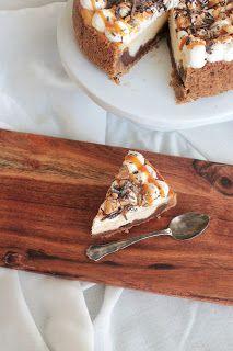 Leivontagiaa: Suolapähkinä-karamelli-suklaajuustokakku Banana Bread, Sweets, Baking, Desserts, Food, Tailgate Desserts, Deserts, Gummi Candy, Candy