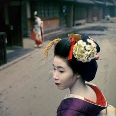 1960.......GEIKO IN KYOTO.......PHOTO BY JOHN  LAUNOIS.......NATIONAL GEOGRAPHIC...........SOURCE TAISHOU - KUN.TUMBLR.COM.......