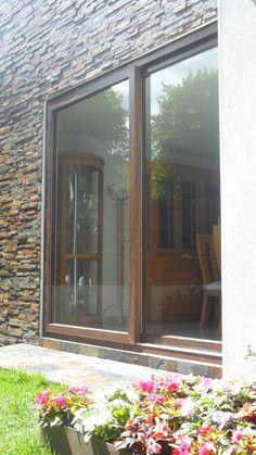 Pintada de blanco madera de la ventana de arco en una for Ventana corredera pvc