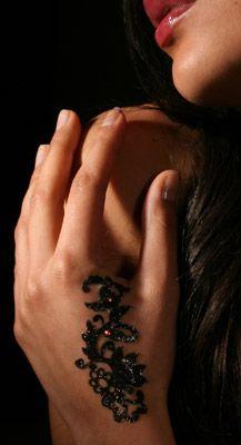 mani seducenti con un originalissimo tatuaggio adesivo a forma di drago.