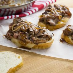 For an open-faced lunch or dinner favorite, cook tender, thinly sliced roast beef in McCormick® Simply Better. Roast Beef Deli Meat, Roast Beef Lunch, Roast Beef Gravy, Sliced Roast Beef, Roast Beef Recipes, Cook Meat, Meat Recipes, Sandwich Bar, Sandwich Recipes