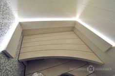 Vaaleasävyinen sauna ja tyylikkäästi toista päätä kohti levenevä ylälaude. Materiaalina järeä 45mm kuusiliimapuu.