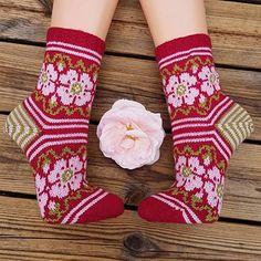 Ravelry: Vilda Vildros (Wild Rose) pattern by JennyPenny Knitting Socks, Hand Knitting, Knitted Hats, Knit Socks, Free Knitting Patterns For Women, Crochet Patterns, Crochet Shoes, Knit Crochet, Aran Weight Yarn