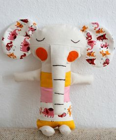 An elephant (with mouse ears) for my new and little friend Charlie. Softies, Sewing Toys, Sewing Crafts, Fabric Toys, Paper Toys, Fabric Animals, Sewing Projects For Kids, Soft Sculpture, Diy Toys