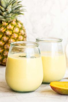 Easy mango smoothie loaded with fresh mango, pineapples, almond milk, yogurt and honey, blended until creamy and so filling. Mango Smoothie Healthy, Mango Pineapple Smoothie, Mango Smoothie Recipes, Homemade Smoothies, Good Smoothies, Almond Milk Yogurt, Smoothies With Almond Milk, Food Print, Fresh