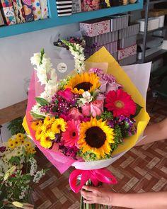 Rose Flower Arrangements, Creative Flower Arrangements, Bouquet Wrap, Flower Aesthetic, Flower Boxes, Flower Art, Planting Flowers, Beautiful Flowers, Bloom