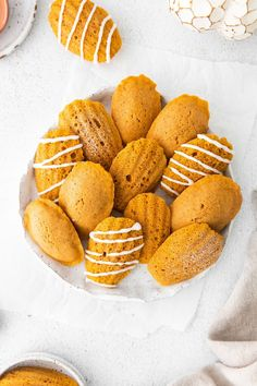 Pumpkin Madeleines - A simple french madeleine recipe with a fall twist! Light and fluffy homemade madeleines made with pumpkin and fall spices! Starbucks Copycat Recipe | Pumpkin Madeleines | Madeleine Recipe #dessert #baking #recipe #easyrecipe #easydessert #pumpkin #fall #starbucks #copycat Madeline Cookies Recipe, Cookie Recipes, Snack Recipes, Madeleine Recipe, Pumpkin Pie Spice, How Sweet Eats, Copycat Recipes, Food For Thought, Dessert Ideas