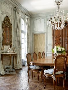 Luxury Dining Room Design Ideas With French Style. Here are the Dining Room Design Ideas With French Style. This article about Dining Room Design Ideas With French Style French Dining Chairs, French Country Dining Room, French Living Rooms, French Country House, Modern Living, French Colonial, French Chateau, Formal Living Rooms, Dining Room Console
