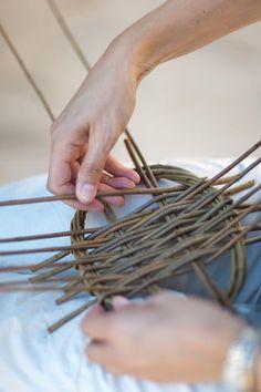 Tim Johnson - Basketmaking - Weaving by the Sea, Vilanova I la Geltru, Catalonia 2013 Paper Basket Weaving, Willow Weaving, Weaving Art, Crafts To Make, Arts And Crafts, Willow Furniture, Macrame Bracelet Patterns, Bamboo Art, Animal Projects