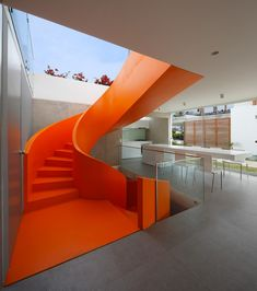 Casa Blanca house in Lima, Peru with an orange staircase, residential architecture by Martin Dulanto Sangalli. Photograph by Juan Solano Interior Stairs, Interior And Exterior, Interior Design, Architecture Résidentielle, Escalier Design, Modern Stairs, Staircase Design, Stair Design, House Staircase