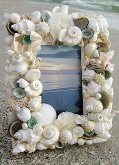 Crafts from shells. Ideas and workshops. DIY crafts from shells: where and how to apply shells brought from the sea DIY Christmas tree toys from shells Seashell Frame, Seashell Art, Seashell Crafts, Beach Crafts, Diy And Crafts, Arts And Crafts, Beach Frame, Seashell Projects, Driftwood Projects