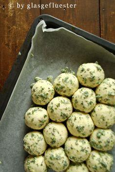 aussen kräuterig, innen fluffig: parmesan-kräuter-brötchen zum vorbereiten
