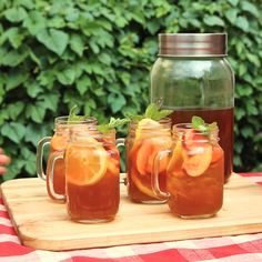 Pfirsicheistee whiskeyYou should drink a lot in summer. For example, peach iced whiskey! whiskey cocktailsWondering what to mix with whiskey? This unique peach whiskey cocktail recipe uses peach flavored Whiskey Recipes, Whiskey Drinks, Tea Recipes, Peach Whiskey, Scotch Whiskey, Non Alcoholic Drinks Hot, Proper Tasty, Peach Ice Tea, Vegetable Drinks