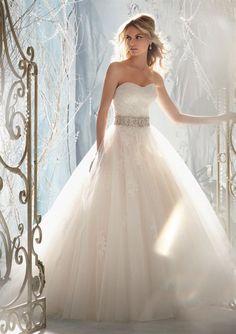 Ein richtiges Prinzessinnen-Hochzeitskleid mit Tüll.   von MoriLee