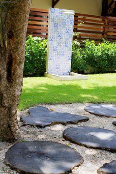 Um chuveirão no jardim para refrescar