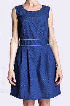 Robe en coton bleu motifs petits losanges blancs, plis devant et dos, biais argent à la ceinture