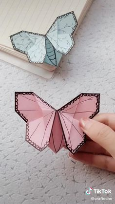 Mariposa Cool Paper Crafts, Paper Crafts Origami, Diy Paper, Paper Folding Crafts, Diy Crafts Hacks, Diy Crafts For Gifts, Creative Crafts, Instruções Origami, Origami Butterfly