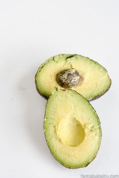 How to Keep Avocados Fresh: A few simple tips and tricks to keeping these tasty little pesky things fresh for cooking, eating, or garnishing. Guacamole Recipe Garlic, Homemade Guacamole, How To Make Guacamole, Sweet Potato Pecan, Vegan Ranch, How To Cook Asparagus, Garlic Recipes, Healthy Appetizers