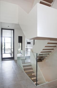 Remy Meijers Interieurarchitectuur Villa in 't GooiVilla in 't Gooi - Remy Meijers Interieurarchitectuur U Shaped Staircase, Staircase Design, Glass Balustrade, Interior Stairs, House Extensions, Stairways, Architecture, Villa, Minimalism