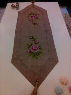 This Pin was discovered by Pun Hand Embroidery Patterns, Cross Stitch Patterns, Embroidery Designs, Palestinian Embroidery, Burlap Table Runners, Burlap Crafts, Burlap Ribbon, Bargello, Cross Stitch Flowers