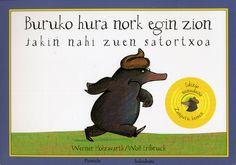 """Buruko hura nork egin zion jakin nahi zuen satortxoa (soinuduna) / Werner  Holzwarth. """"Egun batean, satortxoak burua azaldu zuenean lur meta baten erdian egunaren argitzea ikusteko, burukoa gertatu zitzaion. (Biribila eta marroi zen, txorizo baten antza zuen baina okerrena hauxe zen: buruan erori zitzaiola!)"""". Honela hasten da sator temati honen istorioa"""