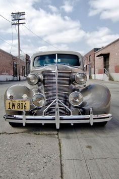 1938 Buick, Master Deluxe - Damn Great Looking Front End. Makes a gangster heart palpitate with love.