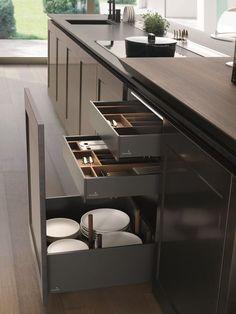 Cocina lacada con isla FILÒ by Euromobil diseño Roberto Gobbo