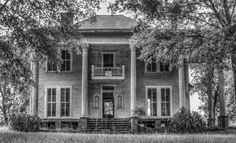 Old abandoned plantation house in Morgan County Ga. Oh you know this place has a story! Abandoned Buildings, Old Abandoned Houses, Old Buildings, Abandoned Places, Old Houses, Old Southern Homes, Southern Plantation Homes, Southern Mansions, Southern Plantations