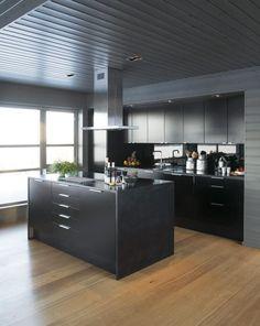 MONOKROMT:Beboer valgte svart kjøkken ogbeiset vegger og tak mørkegrå for å skapeet enhetlig og rolig allrom. De mørke flatenemøter sin motpol i den hvite spisegruppen– og i det snødekte landskapet utenfor.Innredningen er fra Ikea, glasset i sprutsonenfra Lacobel. Benkeplaten er i corian. Dining Room Design, Interior Design Kitchen, Modern Interior Design, Kitchen Models, Floor Design, Functional Kitchen, Kitchen Flooring, Cool Kitchens, Ikea