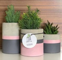 Cool square silicone molds to make DIY concrete planters. I really love this geometric, minimalist cement flower pots. They are easy to customize to fit every Diy Concrete Planters, Concrete Crafts, Concrete Projects, Diy Planters, Concrete Pavers, Painted Plant Pots, Painted Flower Pots, Decoration Plante, Creation Deco