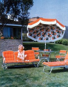 Retro umbrella with floral print on the underside and fringe (Marilyn Monroe on bright orange patio furniture). Patio Vintage, Vintage Decor, Living Pool, Outdoor Living, Josie Loves, Foto Fun, Parasols, Patio Umbrellas, Gentlemen Prefer Blondes