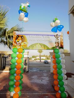 Entrance Panel with Balloon Columns for the Madagascar Party by @FantasyParty