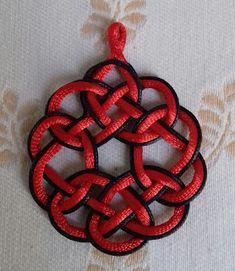 artesania123: Colgante diseño celta colores rojo y negro