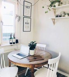 朝日の入る窓辺にお食事スペースを。二人ぐらしならば大きいテーブルよりこじんまりと距離感が近いほうが楽しいですよね。お食事以外の特はワークスペースとしても使えます。