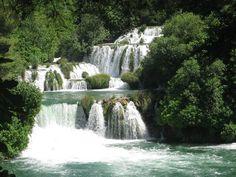 Middenin de provincie Dalmatië bevindt zich een heel mooi stukje Kroatië: het nationaal park Krka. De rivier de Krka heeft hier een prachtige stroom van meren, beekjes en watervallen gecreëerd. En alsof deze ketting van groenblauw water nog niet genoeg was, is er ook nog een bonus: zwemmen aan de voet van de watervallen. www.reishonger.nl/reistips/de-watervallen-van-krka/