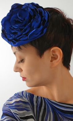 Casada de fascinator, com casa colorida e gosto retrô. Formada em Moda e Designer da sua própria marca de acessórios Pry Olyver fashion accessories! Conheça > http://pry-olyver.blogspot.com.br/