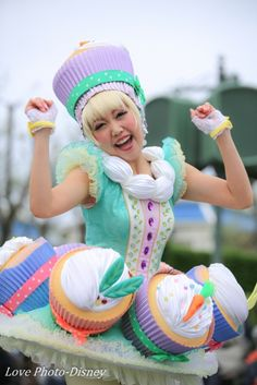 Something like this could be an extremely awesome costume! Candy Costumes, Cute Costumes, Disney Costumes, Cosplay Costumes, Halloween Costumes, Costume Bonbon, Foam Wigs, Theme Park Outfits, Alice Cosplay