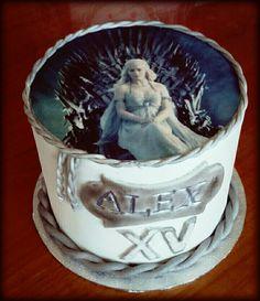 """Tenía muchas ganas de hacer una tarta de Juego de Tronos ☺☺ y ya cuando nos dijeron: """"Casa Targaryen"""" personalmente pensé: Peeeerfecto. Felicidades Alex, espero que la disfrutaras☺☺ #tartafondant #tarta #fondant #Targaryen #juegodetronos #daenerys #nosoyunaprincesasoyunakhaleesi"""