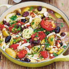 Bak de kippenpotenrondom bruin in olie. Giet overtollig vetweg en voeg de tomaten, bouillon en knoflook toe. Laat 45 minuten stoven en voeg de overige ingrediënten toe. Laat weer 30 minuten stoven. Snijd het vlees van de botten en doe terug...