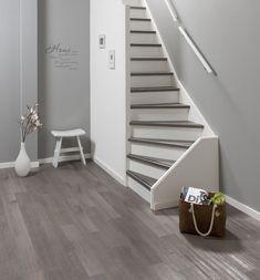 Oude trap nieuwe look - Product in beeld - Startpagina voor vloerbedekking ideeën   UW-vloer.nl Tile Stairs, Basement Stairs, House Stairs, Narrow Staircase, Staircase Design, Amsterdam Apartment, Interior Railings, Stair Decor, Stair Storage