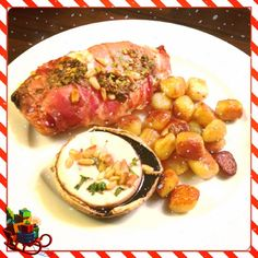 Een heerlijk diner op kerstavond. Gevulde kipfilet met rauwe ham, krieltjes en gevulde portobello. #genieten #kerst #foodies #foodporn #merryxmas #fijnekerst #comfortfood #chicascooking
