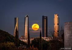 La Luna llena y las Cuatro Torres.Madrid
