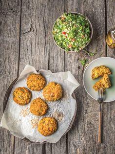 Μπιφτέκια λαχανικών με αρωματικά χόρτα και ταμπουλέ - www.olivemagazine.gr Vegan Recipes, Vegan Food, Greek, Eggs, Yummy Food, Sweets, Cheese, Breakfast, Life