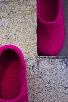 De fargerike tova tøflene Snoogas opplever byen. Bestill dine Snoogas på www.snoogas.com. Pris – 59 Eur