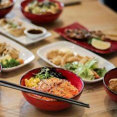 Makan apa malam ini? Pertanyaan yang paling susah kayanya. Nah ini ada ide tempat yang bisa jadi pilihan buat makan bareng keluarga namanya @Okoindonesia yang berlokasi di Jalan Dewi Sri.  Disini banyak variasi makanan yang seru lho selain menu okonomiyaki yang merupakan andalannya mereka juga menyajikan berbagai pilihan donburi  dengan macam-macam topping. --- Oko Oko Jalan Dewi Sri Kuta Bali --- #Foodcious #OkoOkoIndonesia #Okonomiyaki #foodreview #foodshot