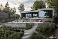 Contemporary lake house of concrete with a swimming pool House Beautiful beautiful lake houses Modern Lake House, Modern House Design, Home Design, Contemporary Design, Modern Architecture House, Architecture Design, Swimming Pool House, Concrete Houses, Concrete Walls